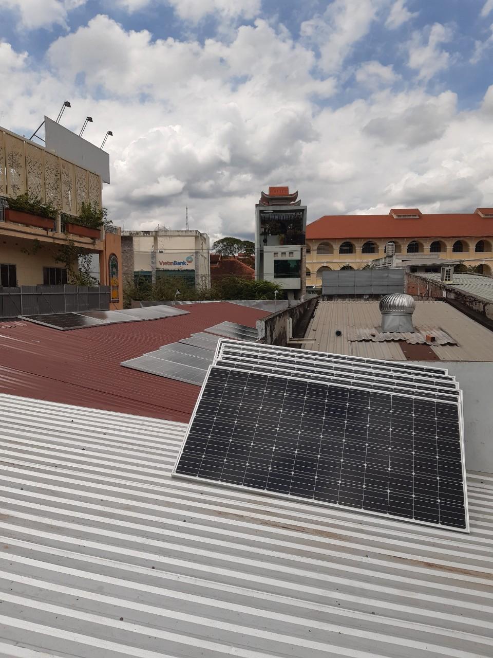 các tâm pin mặt trời chuẩn bị được thi công áp mái Ảnh: HG LED SOLAR